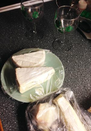Goda ostar och två vinglas