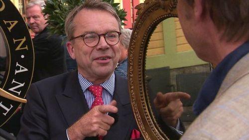 Knut Knutson värderar en spegel