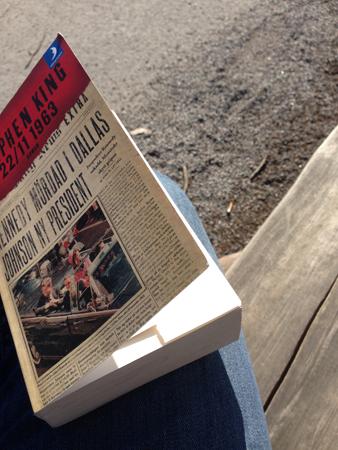 Boken 22 i 11 1963 på ben och en träbänk