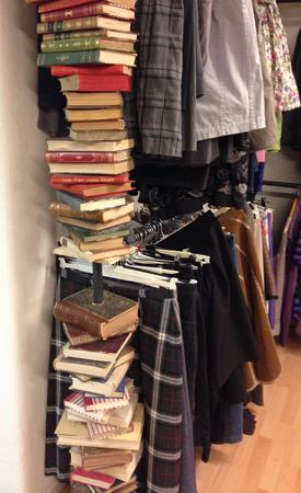 Böcker används som stolpe för klädställning