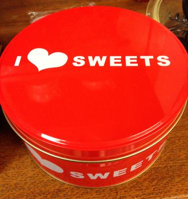 Rund röd burk I hjärta sweets