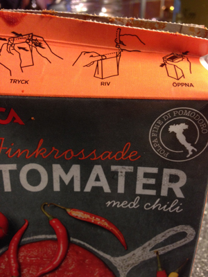 Öppnat paket krossade tomater med chilli