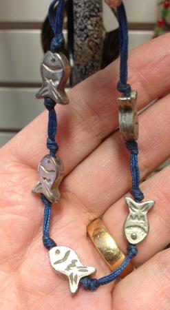 Armband med fiskar från Myrorna