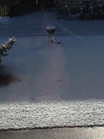 Grill på snöig gräsmatta