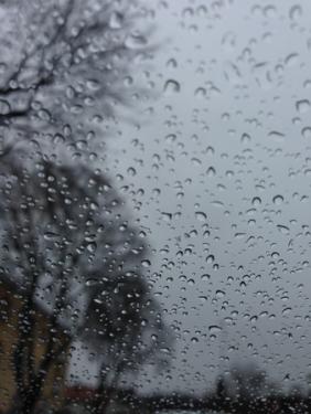 Regnstänk på bilfönstret