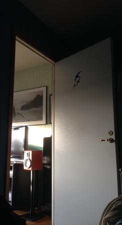 Sovrumsdörren ut mot vardagsrummet