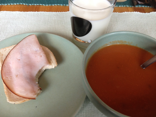 Tomat o chaminjonsoppa macka mjölk