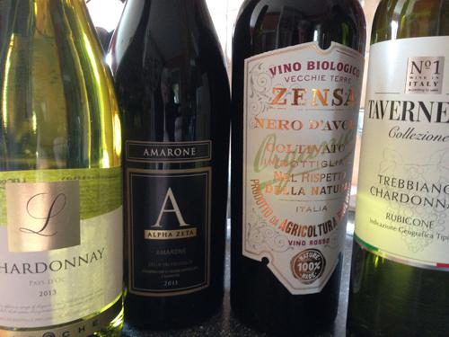 Fyra flaskor vin två vita två röda
