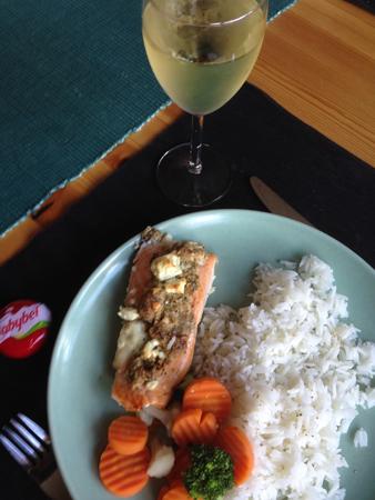 Lax ris grönsaker ett glas vitt