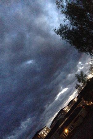 Molnig kvällshimmel i maj