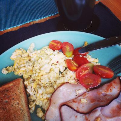 Scrambled eggs rökt kalkon stekt tomat kaffe