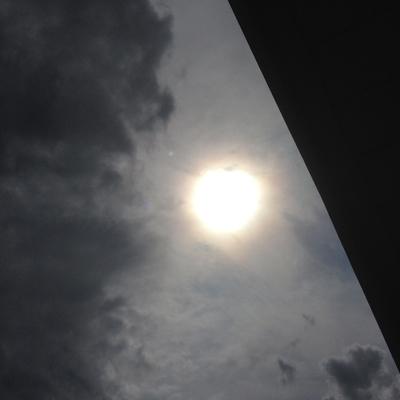 Sol grå himmel del av tak