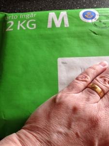 Grönt paket och min hand