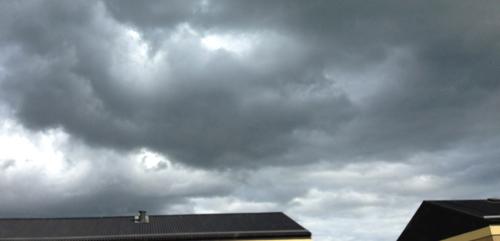 Mörka moln över hustaken