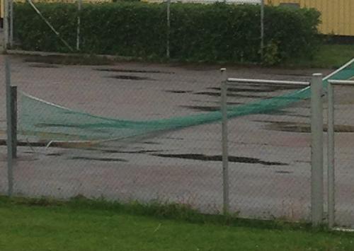 Tennisnät i regnet