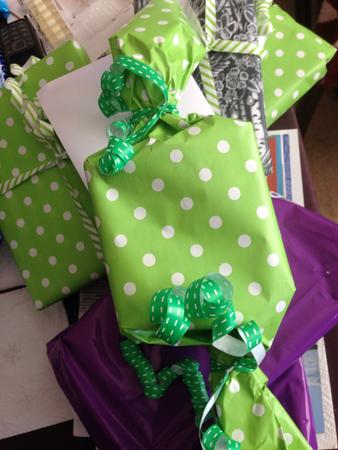 Gröna paket och en lila påse