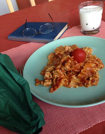 Lasagnettemiddag med tomat mjölk o bok
