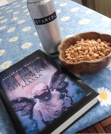 Öl, nötter och en bok = mitt eftermiddagsfika.
