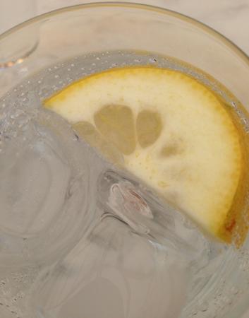 Bubbelvatten med citronskiva