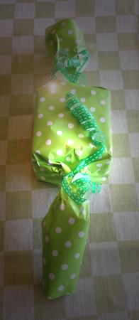Grön randigt o prickigt paket på rutig duk