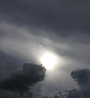 Solen bakom mörka moln