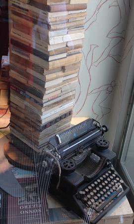 Böcker o gammal skrivmaskin