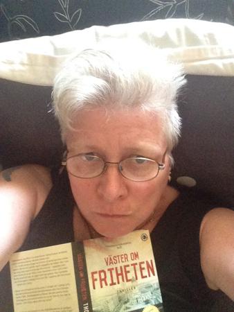 Jag med läsglasögon och bok