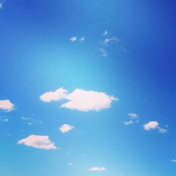 Vita molntussar på blå himmel