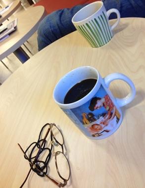 Kaffemuggar och läsglasögon