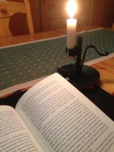 Bok och tänt ljus
