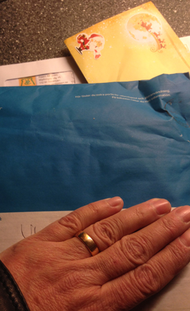 Blått paket räkning kuvert