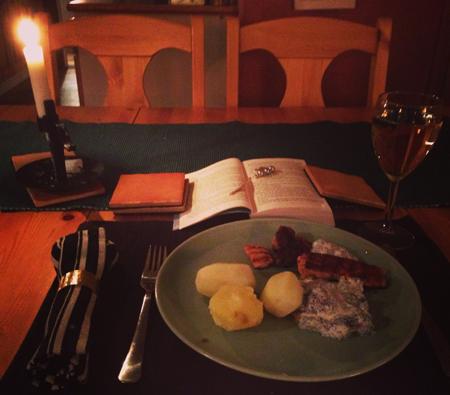 Middag med tänt ljus och bok