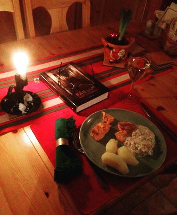 Söndagslax med potatis romsås och ett glas vitt
