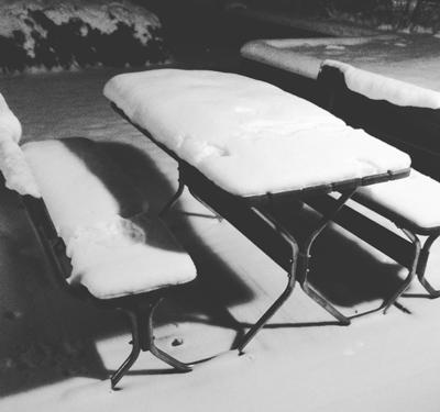 Utemöbler med snö