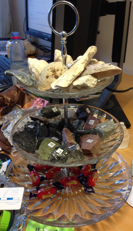 Kakfat med godis stenar och div