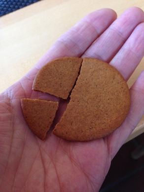 Pepparkaka i tre delar i hand