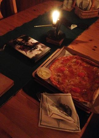 Pizza bok o tänt ljus