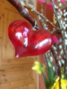 Rött glashjärta i påskriset