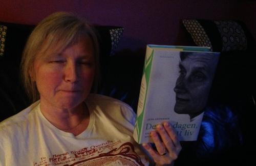 Anna håller en bok