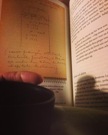 Kaffe på sängen och bok