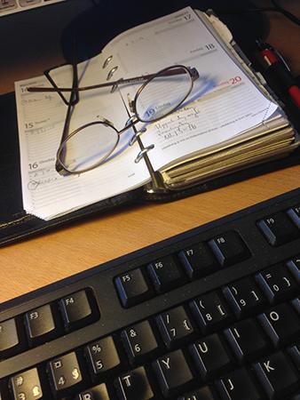 Läsglasögon och kalender