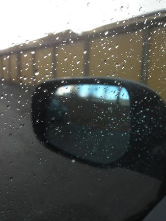 Regn på bilfönstret