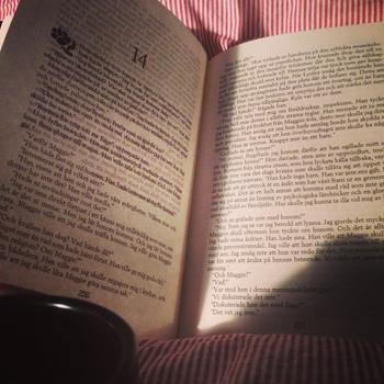 Bok och kaffe på sängen