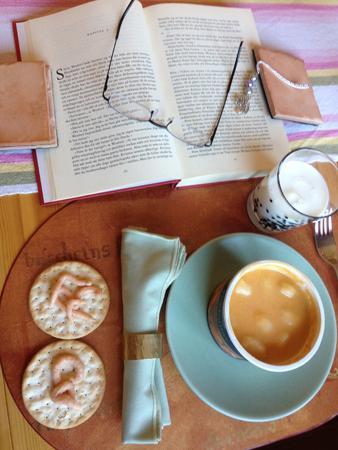 Fiskbullar med crackers och bok