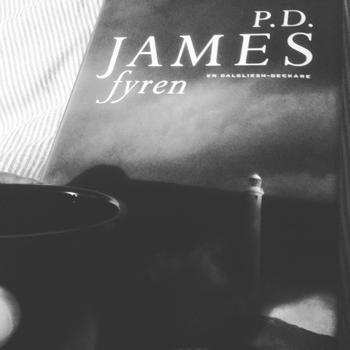Kaffe och boken Fyren svartvit