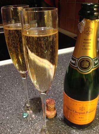 Champagne och två glas