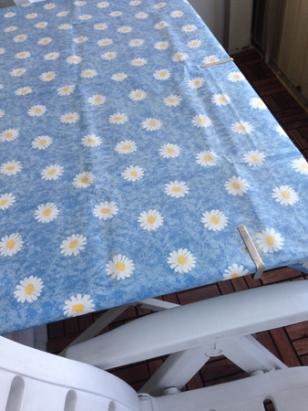 Balkongbord med blommig duk