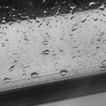 Regn på fönsterblecket