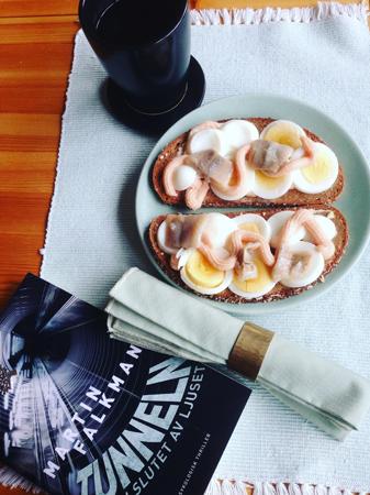 Äggmackor kaffe och bok