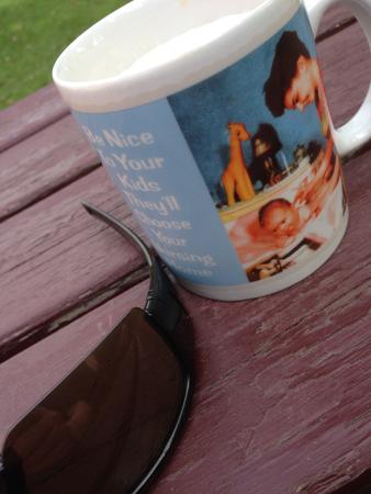 Solbrillor och egen kaffemugg